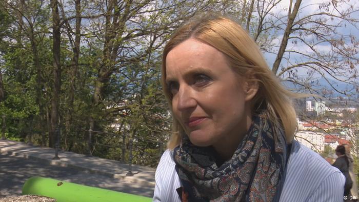 Porträt der slowenischen TV-Journalistin Mojca Pasek, die in einem Park steht