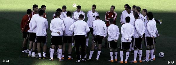 Joachim Löw mit der Nationalmannschaft während des letzten Trainings vor der England-Begegnung