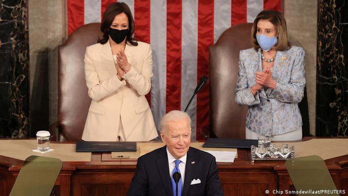 Başkan Biden'in konuşması sırasında, kürsünün arkasındaki koltuklarda Başkan Yardımcısı Kamala Harris ve Temsilciler Meclisi Başkanı Nancy Pelosi oturdu