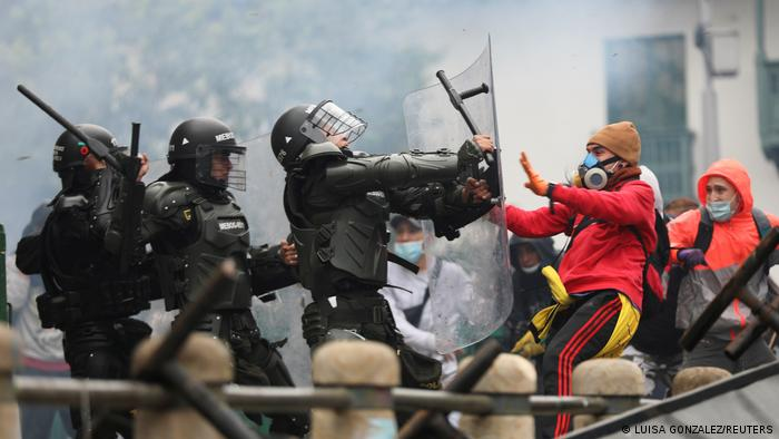 Confrontos entre policiais e manifestantes em protesto em Bogotá em 28 de abril