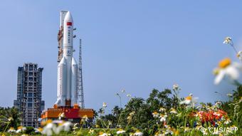 По оценкам, высота ракеты Чанчжэн-5В составляет 33,2 метра, диаметр - 5 метров