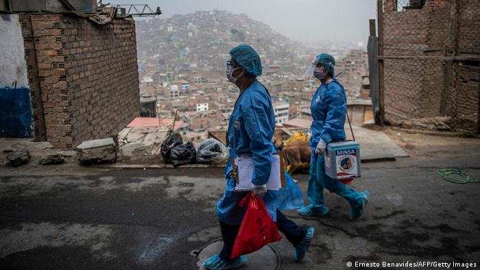 Trabajadores sanitarios llegan a los suburbios de Lima para inocular a ancianos contra el COVID-19.