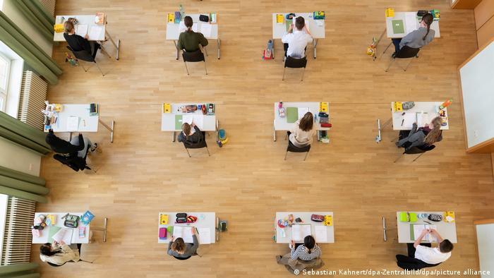 Учні гімназії у Баутцені під час підсумкових іспитів з біології у квітні 2021 року