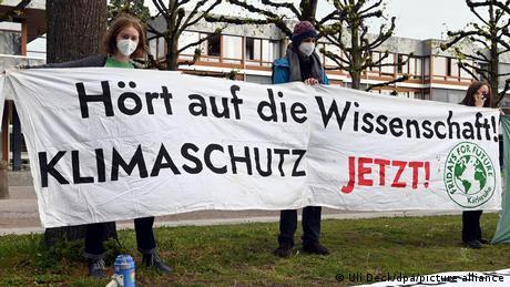 Protest Fridays for Future: Drei Personen halten einen Klimaschutz-Banner.