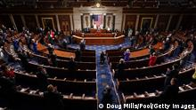 """*** Dieses Bild ist fertig zugeschnitten als Social Media Snack (für Facebook, Twitter, Instagram) im Tableau zu finden: Fach """"Images"""" —> 100 Tage Biden***29.04.2021***WASHINGTON, DC - APRIL 28: U.S. Rep. Lauren Boebert (R-CO) holds a lightweight blanket as U.S. President Joe Biden addresses a joint session of Congress in the House chamber of the U.S. Capitol April 28, 2021 in Washington, DC. On the eve of his 100th day in office, Biden spoke about his plan to revive America's economy and health as it continues to recover from a devastating pandemic. He delivered his speech before 200 invited lawmakers and other government officials instead of the normal 1600 guests because of the ongoing COVID-19 pandemic. (Photo by Doug Mills-Pool/Getty Images)"""