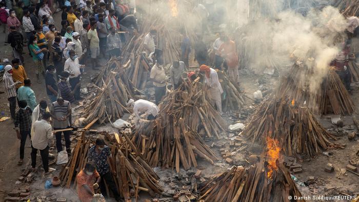 Pilas funerarias para incinerar a los fallecidos por COVID-19 en Nueva Delhi, India.