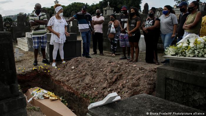 Familiares acompanham enterro de vítima da covid-19 em cemitério no Rio de Janeiro