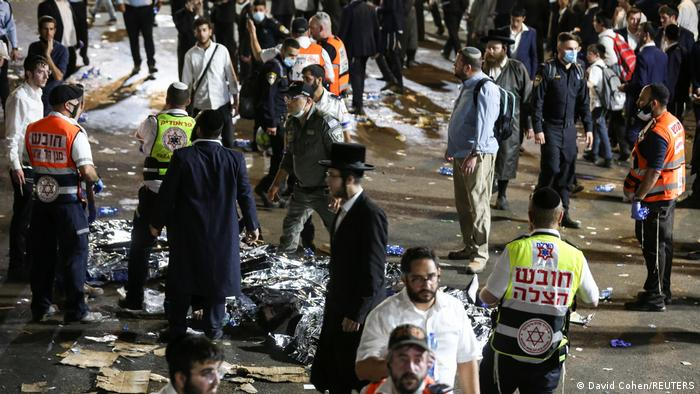 Fassungslose Teilnehmer nach dem tragischen Ausgang des jüdischen Lag BaOmer-Festes im Wallfahrtsort Meron