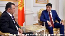 Treffen kirgisische Ministerpräsident Ulukbek Maripow (R) und tadschikischer MP Kokhir Rasulzoda