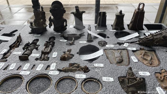 Bronzes de Benim expostos no Museus Rautenstrauch-Joest de Colônia