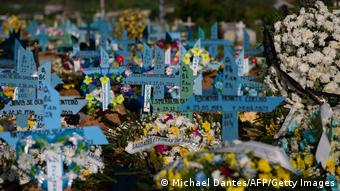 Кресты и похоронные венки в Бразилии