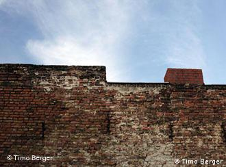 България издига стени