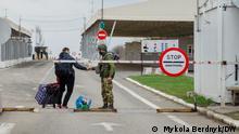 Ukraine Menschen an einem Checkpoint der Ost-Ukraine in der Region Donezk
