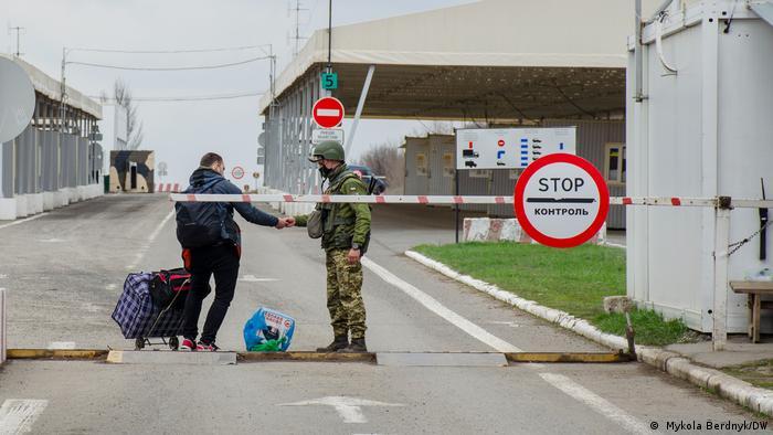 Переход через линию разграничения в Новотроицком Донецкой области