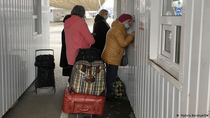 На КПВВ з українського боку перевіряють лише легальні документи, видані Україною