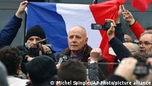6.2.2016, Calais, Frankreich, FILE - In this Saturday Feb 6, 2016 file photo, far-right activists and supporters of PEGIDA (Patriotic Europeans against the Islamization of the West), demonstrate with former French Gen. Christian Piquemal, center left, in Calais, northern France. Piquemal, who once led the French Foreign Legion, appears Monday Feb. 8, 20156 in court after he was arrested for taking part in the banned anti-migrant protest . (AP Photo/Michel Spingler, File)