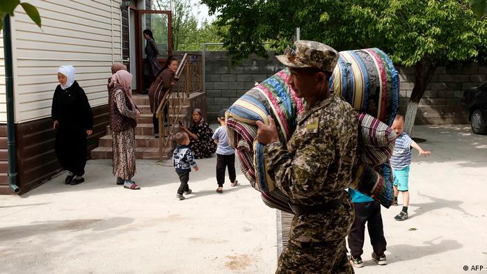 Жители Кыргызстана, эвакуированные из-за военных действий на приграничной территории (апрель 2021 года)