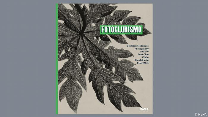 Der Ausstellungskatalog der MoMA-Schau Fotoclubismo zeigt ein Papayablatt.