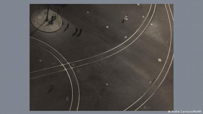 'Trilhos', de André Carneiro (1951), parte da exposição Fotoclubismo: Fotografia Modernista Brasileira, 1946-1964 no Museu de Arte Moderna de Nova York.
