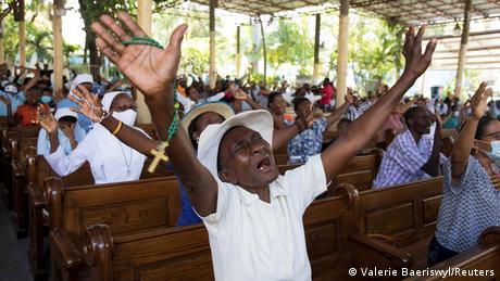 Haitianer im Gebet wegen der Vielzahl an Entführungen im April dieses Jahres