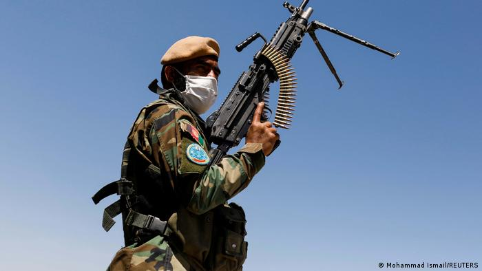 Un soldado afgano portando una ametralladora.
