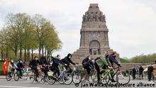 Teilnehmer einer linken Fahrraddemo treffen am Völkerschlachtdenkmal ein.Die Stadt Leipzig hat drei für den 1. Mai angemeldete Demonstrationen verboten.Dazu zählen die Kundgebung desIII. Weges sowie zwei Veranstaltungen,die von der Bürgerbewegung Leipzig 2021 angemeldet worden waren.Die Bewegung wird zum Spektrum der Corona-Maßnahmen-Kritiker gezählt. In Leipzig sind für den ersten Mai insgesamt zwölf Demos und Fahrradaufzüge angemeldet worden.