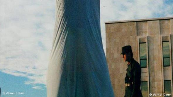 Enthüllung der Enver Hoxha Statue in Tirana, Albanien