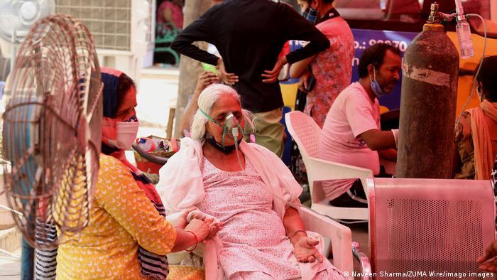 Mulher sentada recebe oxigênio medicinal