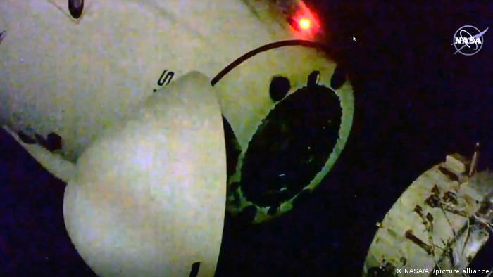 Hier koppelt sich die Kapsel von der Internationalen Raumstation ISS ab