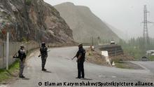 29.04.2021 Kirgisische Ordnungshüter bewachen die Grenze zwischen Kirgistan und Tadschikistan. Bei einem blutigen Grenzkonflikt um den Zugang zu Wasserressourcen sind in Zentralasien am 29. April mindestens 41 Menschen getötet und mehr als 200 verletzt worden. +++ dpa-Bildfunk +++