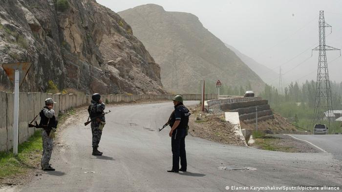 Кыргызские пограничники на рубеже с Таджикистаном (фото из архива)