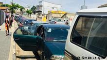 Cabinda, Angola | Autofahrer warten auf Kraftstoff