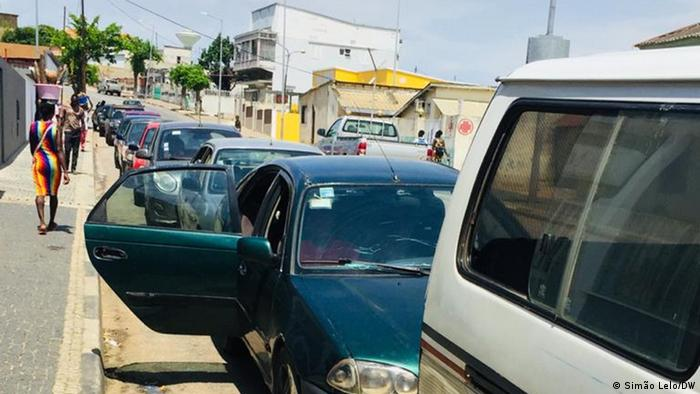 Cabinda, Angola   Autofahrer warten auf Kraftstoff