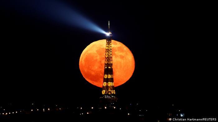Fröhliche Fotos | Der Mond geht hinter dem Eiffelturm auf