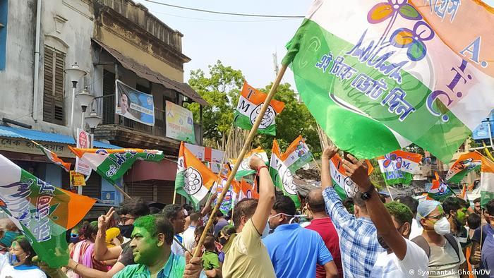 خروج أنصار مؤتمر تريمانول الهندي للشوارع للاحتفال بالفوز في الانتخابات رغم جائحة كورونا (2 مايو/ أيار 2021)