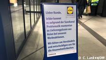 Schild vor einer Lidl-Filiale in Bonn weist auf Lieferschwierigkeiten hin Aufnahme: 30.4.2021 Bonn Copyright: DW / C. Lankes