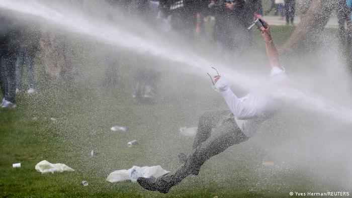 Belgia: protestatar împotriva lockdown-ului, luat la ţintă de tunurile cu apă ale forţelor de poliţie