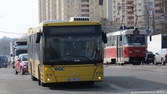 Автобус і трамвай на вулицях Києва