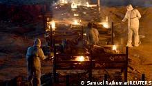 """*** Dieses Bild ist fertig zugeschnitten als Social Media Snack (für Facebook, Twitter, Instagram) im Tableau zu finden: Fach """"Images"""" —> Weltspiegel/Bilder des Tages *** May 2, 2021*** Relatives cremate the bodies of persons who died due to the coronavirus disease (COVID-19), at a crematorium ground in Giddenahalli village on the outskirts of Bengaluru, India, May 2, 2021. REUTERS/Samuel Rajkumar"""