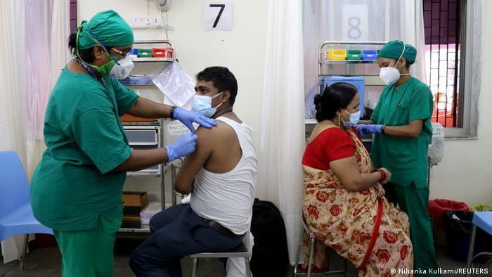 Indianos sendo vacinados