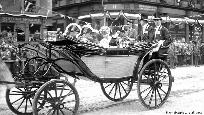 Der britische König George V. und seine Gemahlin Queen Mary am 3. Mai 1921 im nordirischen Belfast
