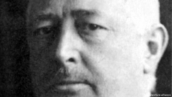 گوتفرید هینتسه (Gottfried Hinze) از سال ۱۹۰۵ به مدت ۲۰ سال رئیس فدراسیون فوتبال آلمان بود. هینتسه در کنار این سمت، همچنین داور برجستهای نیز محسوب میشد و از جمله قضاوت دیدار فینال فوتبال قهرمانی آلمان میان تیمهای فونیکس کارلسروهه ویکتوریا برلین در سال ۱۹۰۹ را به عهده داشت.