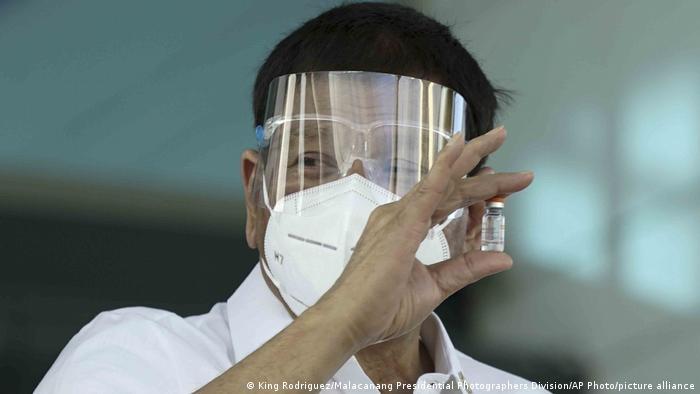 رئيس الفلبين رودريغو دوترتى يحمل في يده زجاجة من لقاح سينوفاك الصيني المضاد لكورونا (28/2/2021)