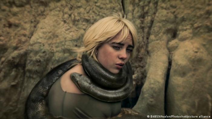 Captura de pantalla del vídeo de su nueva canción Your power.