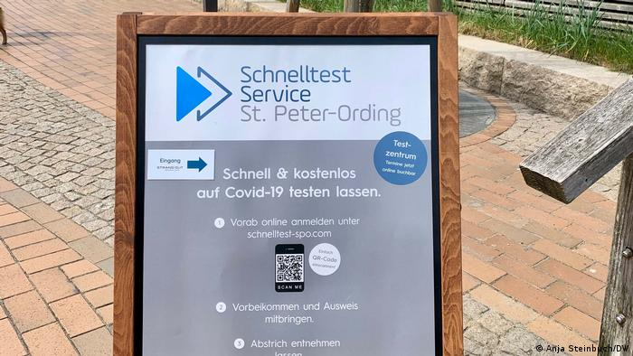 Ein Schild vor einem COVID-19-Testzentrum in der touristischen Modellregion Nordfrieslands