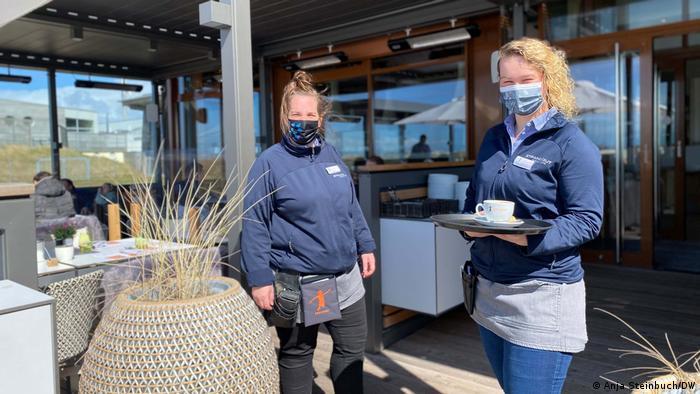 Zwei Kellner stehen vor dem Restaurant