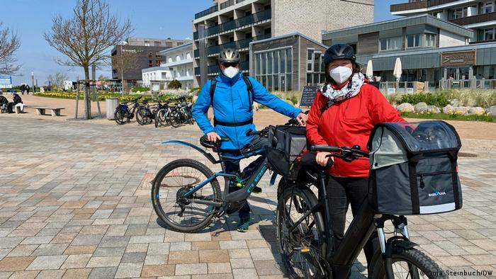 Zwei maskierte Radfahrer vor der Küste Nordfrasiens