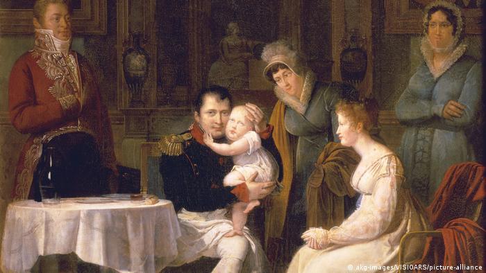 Наполеон страдал, че Жозефин така и не го дарява с престолонаследник. Тя смятала, че той е виновен, защото имала две деца от първия си брак. Но пък и Наполеон имал две деца от две свои любовници, затова не бил склонен да приеме, че вината е негова. През 1810 той се развежда и взима за съпруга дъщерята на австрийския император Мари-Луиз. Тя ражда единствения му законен син - Наполеон Втори.