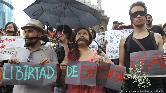 Symbolbild Mexikos Journalisten im Kreuzfeuer
