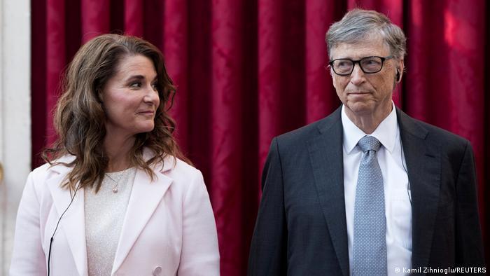 O fundador da Microsoft Bill Gates e sua esposa, Melinda, anunciaram a separação após 27 anos de casamento. Depois de muita consideração e trabalho no nosso relacionamento, decidimos terminar nosso casamento disseram ambos. Eles continuarão a trabalhar juntos na Fundação Bill e Melinda Gates, que promove programas filantrópicos na área da saúde, inovação e outras. (03/05)